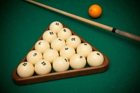 snooker room: Palle da biliardo e cue su un tavolo da biliardo