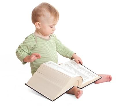 Prodigy: Dziecko czyta dużą książkÄ™ na biaÅ'ym tle Zdjęcie Seryjne