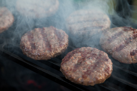 rack arrangement: Burgers are fried on the heated grill lattice