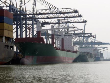 berth: CONTAINER SHIPS AT BERTH