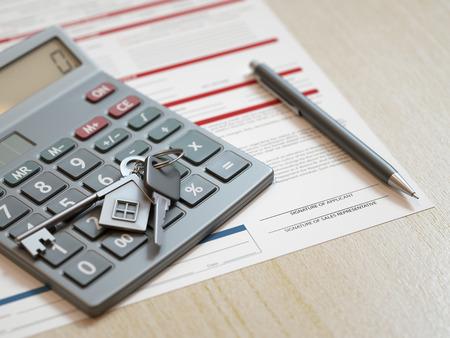 calculadora: Concepto de solicitud de hipoteca con llaves de la casa y la calculadora Foto de archivo