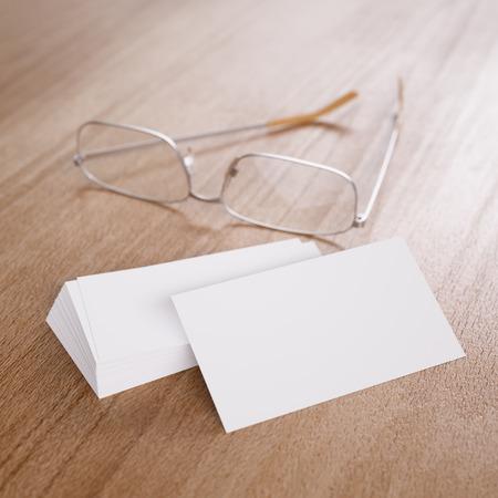 anteojos: Paquete de blancos tarjetas de visita de identidad corporativa claras y vidrios en el fondo