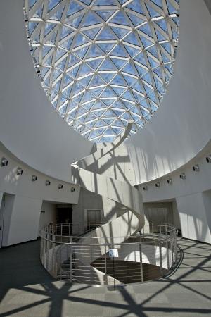 St. Petersburg, Florida, USA - 30. Juli 2011: Interior des neuen Salvador Dali Museum. Die Wendeltreppe erinnert eine DNA-Struktur, mit der Enigma Glasaufbau oben.