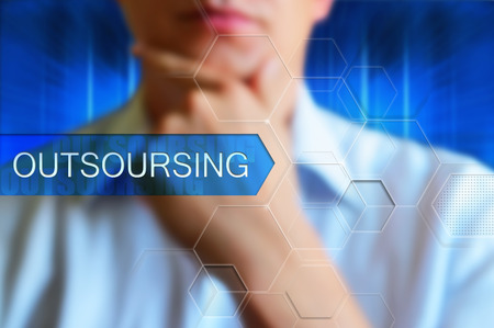 Outsoursing titel frame. Zakenman denken voordat knop met woord outsoursing op hightech abstracte blauwe achtergrond. concept afbeelding outsoursing. Tekst knop outsoursing, hightech design. Stockfoto