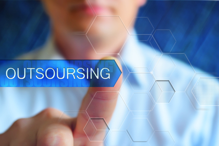 Outsoursing titel frame. Zakenman raken virtuele knoop met woord outsoursing op hightech touchscreen interface. Outsoursing concept. Tekst knop outsoursing, hightech design, blauwe achtergrond.