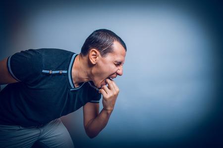 vomito: el hombre de Brunet aparici�n europea provoca v�mitos poner hi Foto de archivo