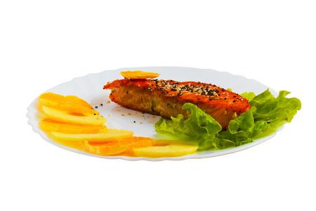 salad plate: insalata piatto di pesce gustoso bollito isolato su bianco