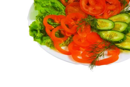 plato de ensalada: tomates pepinos alimentos en rodajas Ensalada de placa aislados blanco blanco