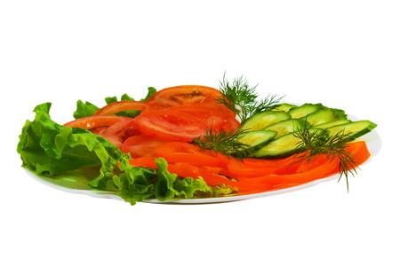 salad plate: cetrioli pomodori a fette gustoso piatto di insalata isolato su Ba bianco
