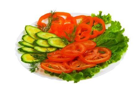 salad plate: cetrioli pomodori gustoso piatto di insalata a fette isolato su bianco ba