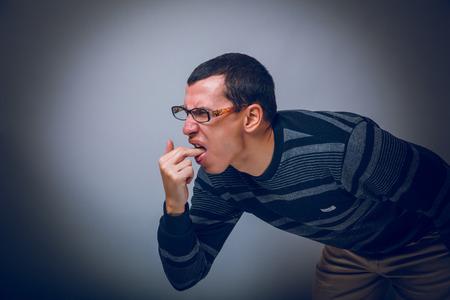 vomito: Masculino europeo de futuro de unos treinta moreno causa v�mitos Foto de archivo