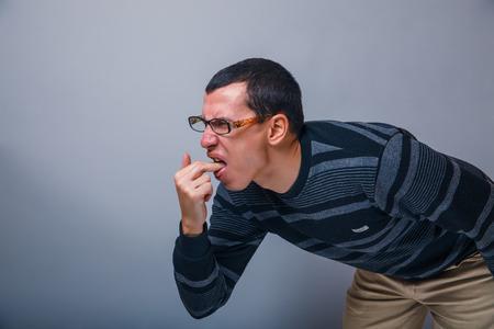 vomito: Europea-looking macho de unos treinta moreno provoca v�mitos dedo