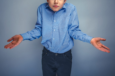 vómito: muchacho adolescente de pelo castaño aparición Europea levantó su mano