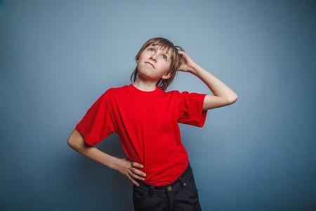 ponder: Boy, teenager, twelve years in the red shirt, thoughtful, derzhet hand behind his head
