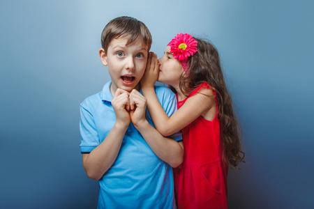 teen boys: Adolescente sussurrando all'orecchio di un segreto ragazzi minori di ag