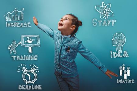 strategy: La muchacha adolescente extendió los brazos representa un plano de croquis regocija iconos estrategia de negocio conjunto