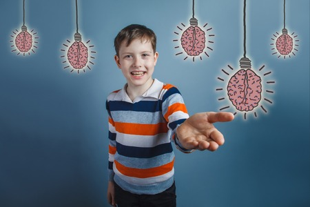 amabilidad: adolescent boy laughing and held out his hand forward gesture of friendliness brain bulb creative idea