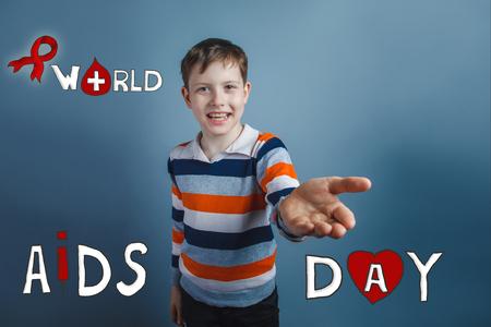 friendliness: niño riendo y sonriendo estirada palma de la amabilidad Día Internacional del SIDA