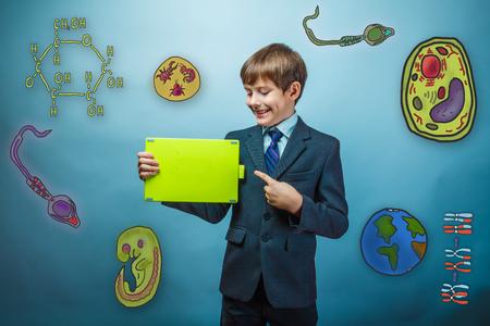 espermatozoides: empresario muchacho adolescente señala con el dedo a la tableta y sonríe formación de la educación iconos biología del parásito de células de embrión