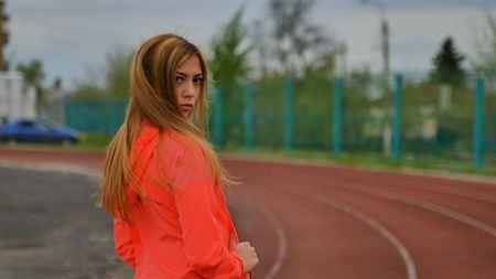 ropa deportiva: chica deportiva con estilo atractiva en ropa deportiva de vídeo