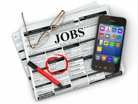 Krant met advertenties, bril en mobiele Stockfoto