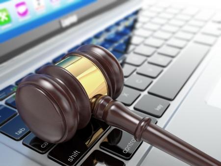Online veiling. Hamer op de laptop. Conceptueel beeld. 3d