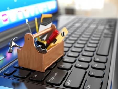 Gereedschapskist met gereedschap op de laptop