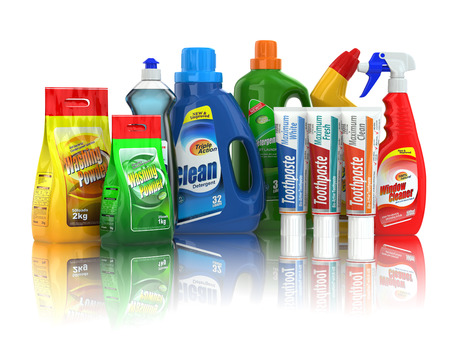 Suministros de limpieza. Botellas de detergente químico de hogar en el fondo blanco aislado. Foto de archivo
