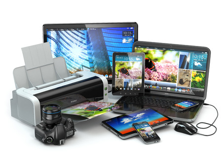 Computerapparatuur. Mobiele telefoon, laptop, printer, camera en tablet pc. 3d Stockfoto