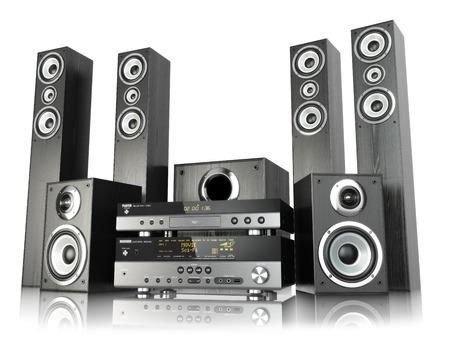 Heimkino-Lautsprecher-System. Die Lautsprecher, die Spieler und Empfänger isoliert auf weiß. 3d