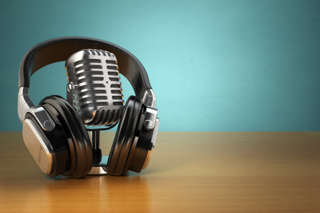 Vintage microphone and headphones on green background. Concept audio and studio recording. 3d Standard-Bild