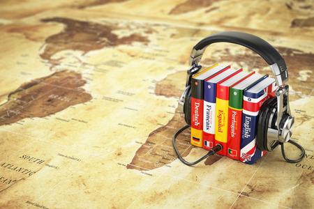 bandera inglesa: Aprender idiomas en línea. Concepto audiolibros. Libros y auriculares en el mapa del mundo. 3d Foto de archivo