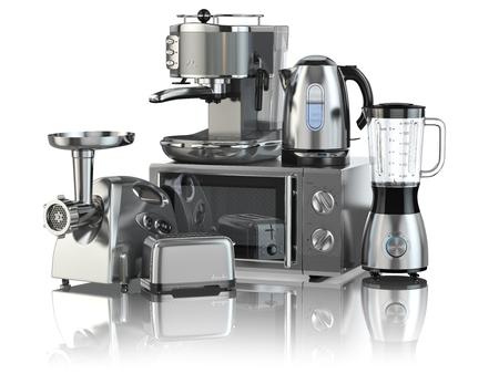 microondas: aparatos de cocina. Licuadora, tostadora, cafetera, ginder carne, horno microondas y hervidor de agua aislados en blanco. 3d Foto de archivo