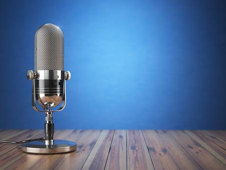 Retro oude microfoon. Radioshow of audio podcast concept. Uitstekende microfoon op een blauwe achtergrond. 3d illustratie Stockfoto