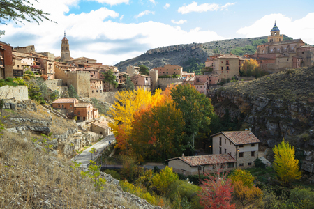 Albarracin, Aragonien, Spanien. Luftaufnahme der mittelalterlichen Stadt Albarracin im Dezember. Standard-Bild - 97435369