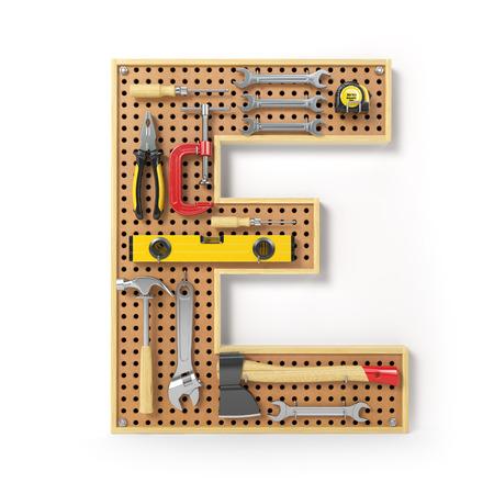 Buchstabe E. Alphabet aus den Werkzeugen auf der Metalltafel, isoliert auf weiss. 3D-Darstellung