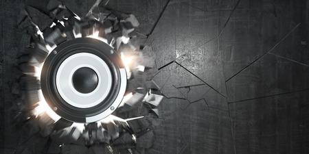 Potenti altoparlanti audio hanno rotto il muro di cemento. Foro di esplosione e detriti. Concetto di musica energetica hard rock o heavy metal. Illustrazione 3D Archivio Fotografico
