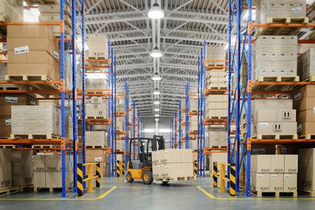 Carretilla elevadora en almacén o almacenamiento y estantes con cajas de cartón. Ilustración 3d