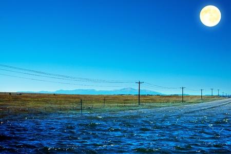 夕暮れ時に道路の洪水の図