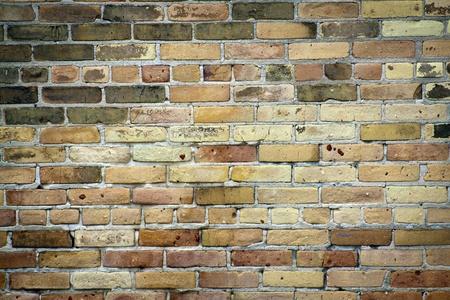 materiales de construccion: Años de edad, manivela y luz sucia pared de ladrillo marrón  Foto de archivo