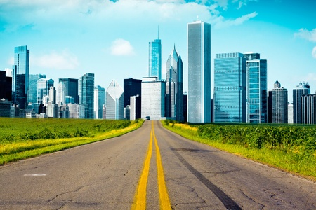 horizont: American Country Road with City on the Horizont