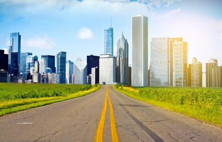 地平線上の都市のアメリカの国の道路