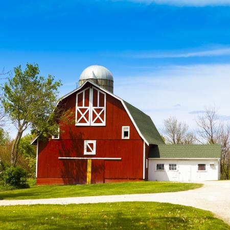 Red Farm met blauwe hemel