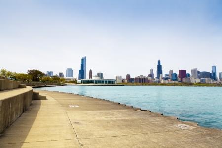 自転車パス ダウンタウンをバック グラウンドでシカゴ 写真素材