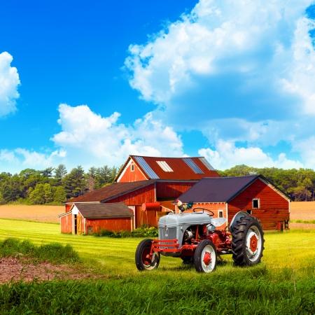 Ferme traditionnelle américaine avec ciel bleu nuageux Banque d'images