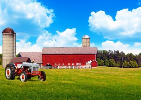 블루 흐린 하늘과 미국의 전통적인 컨트리 농장
