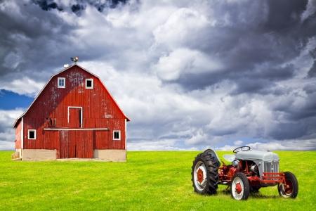 Ancienne grange avec ciel orageux
