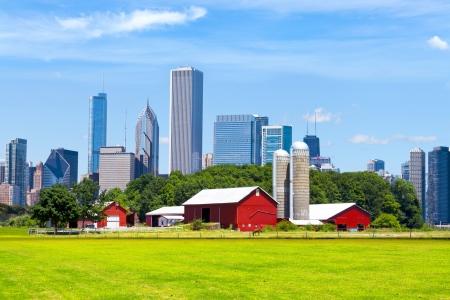 バック グラウンドでシカゴのスカイラインとアメリカの赤いファーム