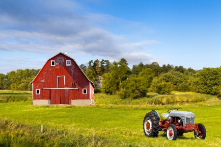 Traditional American Red Barn With Vintage Tractor Imagens