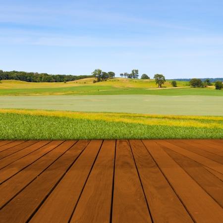 ぼやけている田舎の風景と古いテーブルの表面